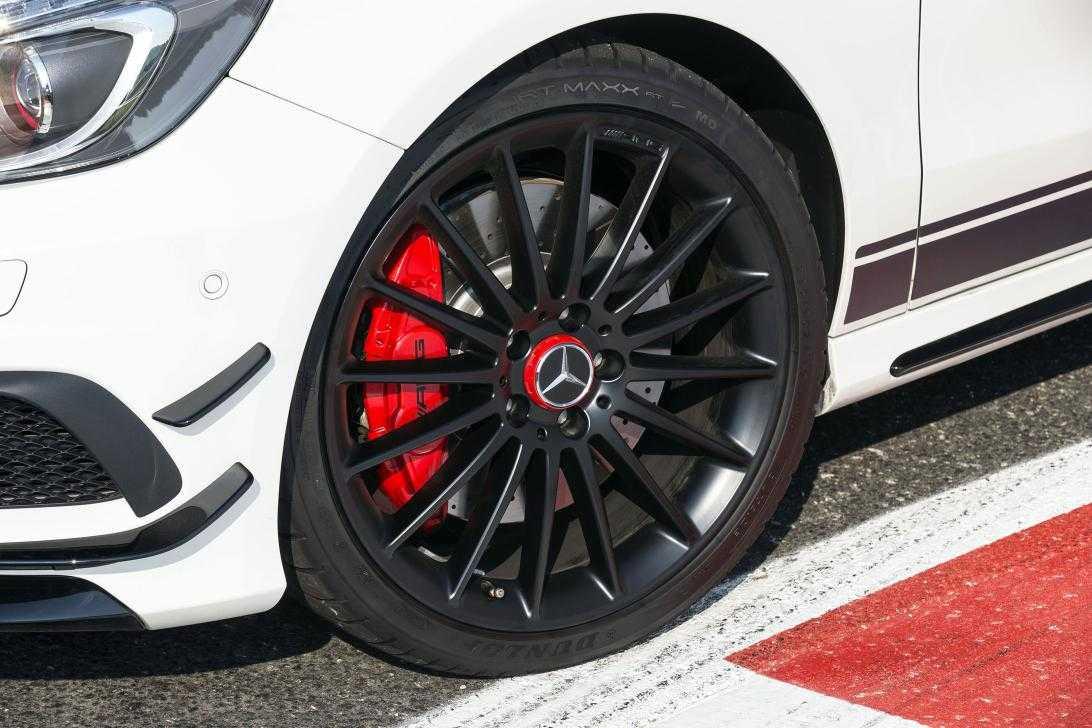 Dunlop_Mercedes-Benz-A45-AMG