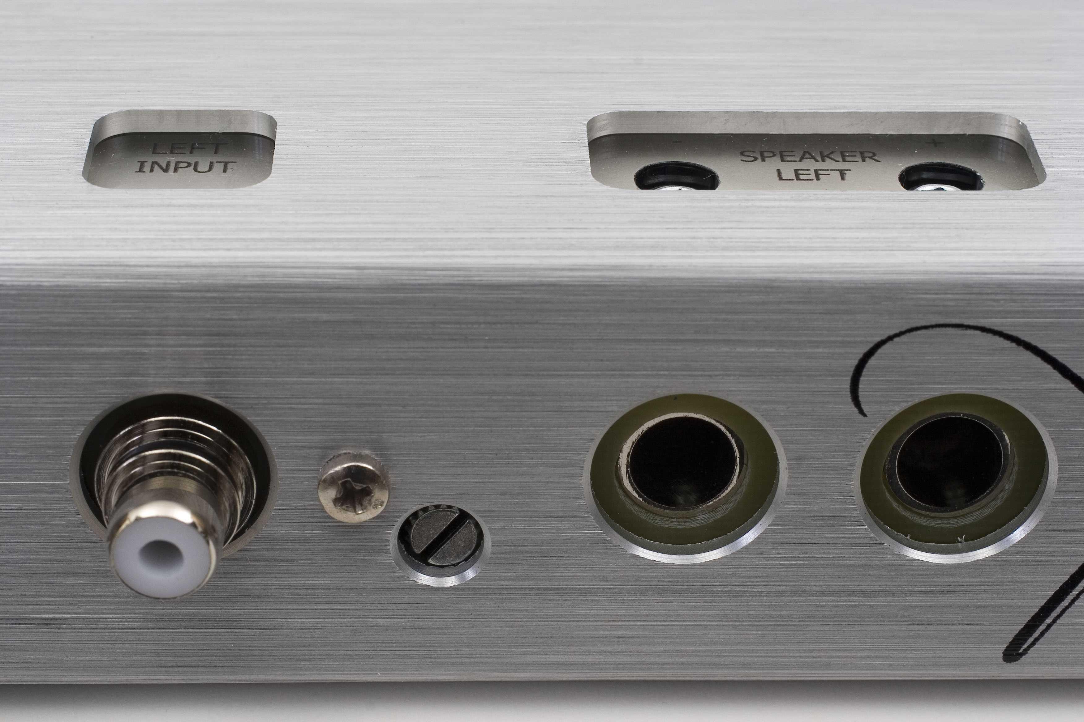 RCA de entrada lado izquierdo, y canales de salida para altavoces izquierdos, con su ajuste de ganancia dedicado