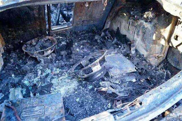 Un maletero incendiado, probablemente debido a la mala utilización de cables.
