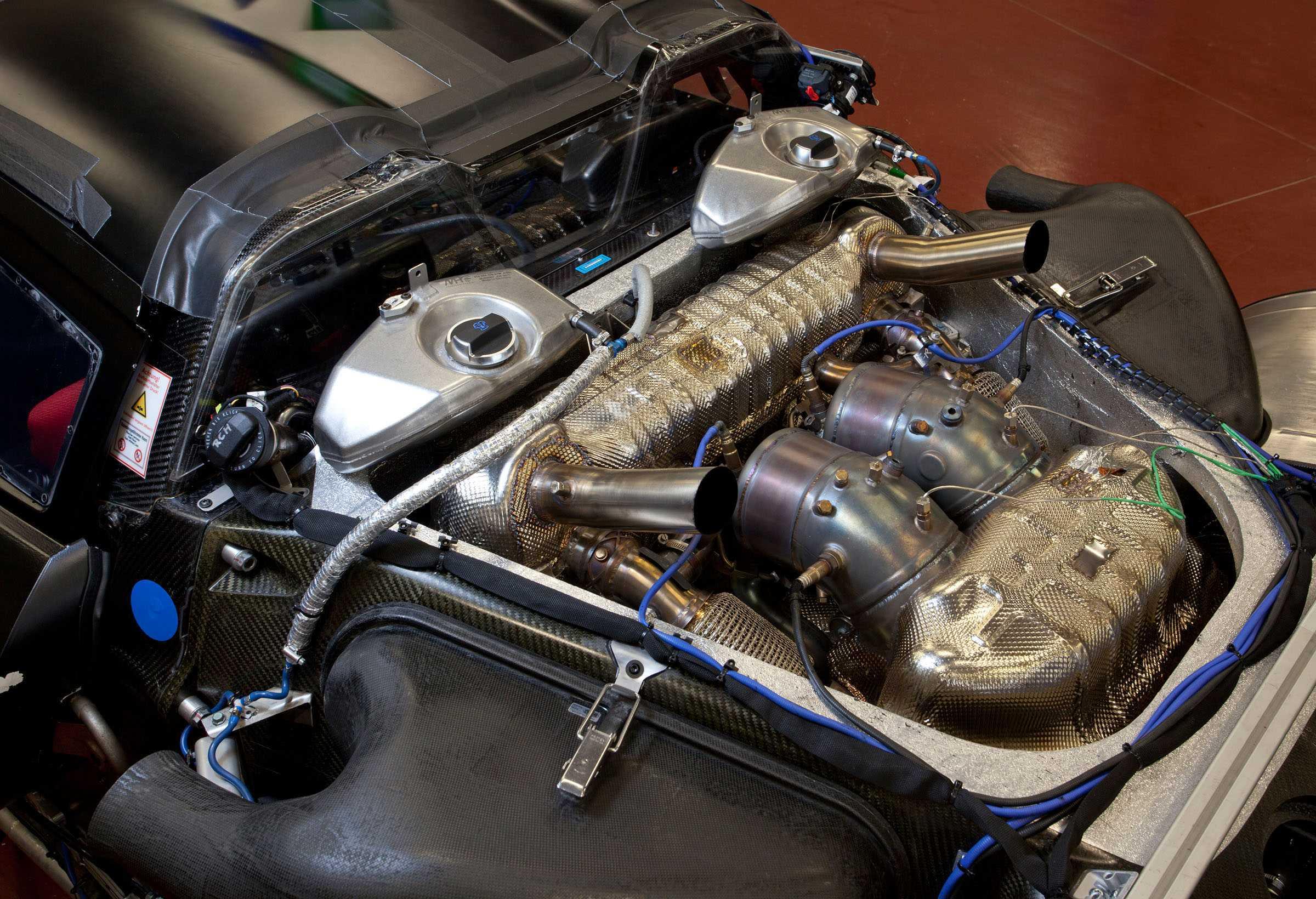 Die Auspuffanlage des 4,6-Liter-V8-Motors ist aus thermischen Gründen innen im Zylinder V angeordnet und mündet nach oben
