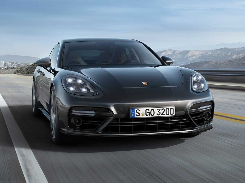 2017-porsche-panamera-turbo-front-view-in-motion